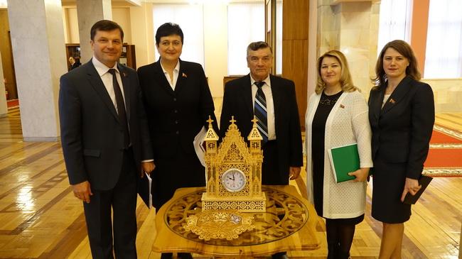 В фойе Овального зала 2 апреля 2018 года на выставке Свирида А.В. (депутата 1-3 созывов). с коллегами депутатами