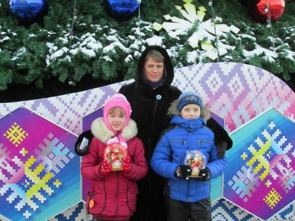 Вручение новогодних подарков детям из многодетных семей